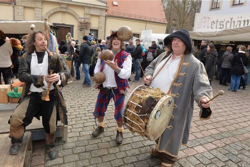 Kris Fleapit aus Wales lässt drei Bowlingkugeln in der Luft tanzen, und das Duo Obscurus aus Dresden schlägt mit der Trommel und pfeift mit dem Dudelsack dazu.