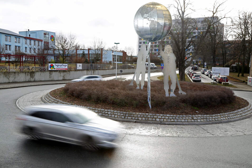 Am Mittwoch wird der stählerne Riese, die neue Skulptur im Krankenhaus-Kreisel, offiziell an die Stadt Riesa übergeben. Per Leuchtdioden sind dann die sieben Partnerstädte auf einer Weltkugel zu sehen.