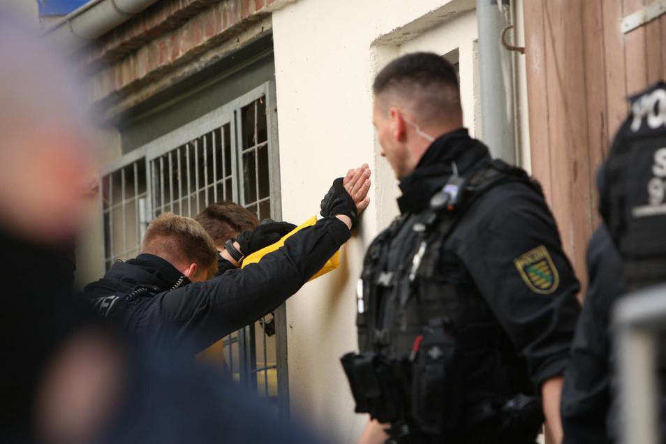 Nicht angemeldete Demonstration gegen die Corona-Beschränkungen am 3. Mai in Pirna: Die Polizei nimmt Randalierer fest.