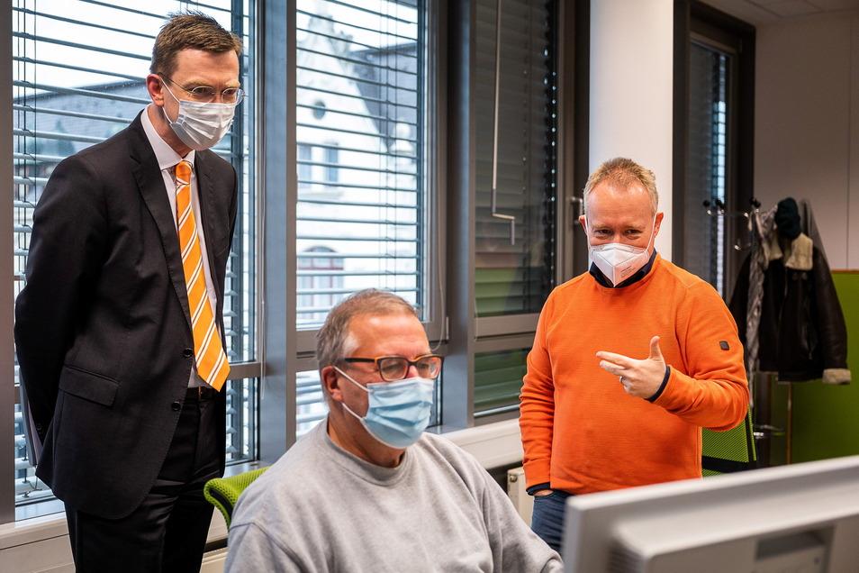 Volksbank-Vorstand Sven Fiedler informierte sich vor dem Interview noch, wie die Zeitung entsteht. Vor dem Computer sitzt SZ-Redakteur Peter Chemnitz.