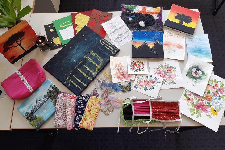 Masken, Bilder, Gedichte: All das hat Schulleiterin Silke Zscheile am Freitag in verschiedenen Pflegeeinrictungen abgegeben.