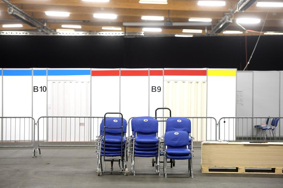 Die Stühle in der Messehalle Löbau, jetzt das Impfzentrum des Landkreises Görlitz, werden doch noch nicht zusammengestellt, mindestens einen Monat Verlängerung, bis Ende Juli, gibt es.