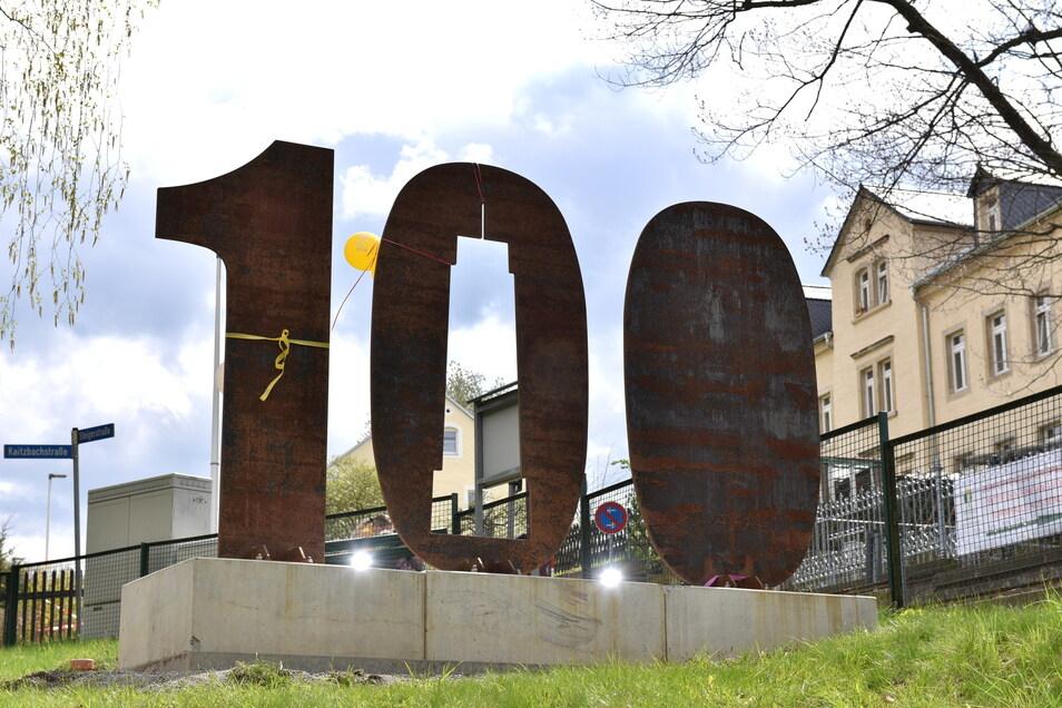 Robuste Kunst zum 100. Gründungsjubiläum: Freitals Stele steht jetzt in Kleinnaundorf.