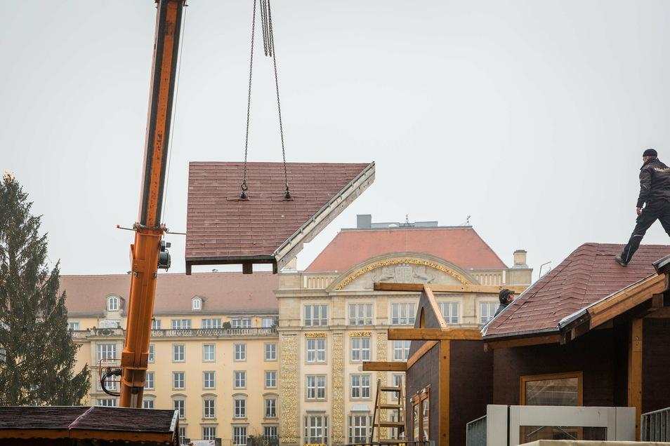 Der Baum steht noch, aber auf dem Dresdner Altmarkt hat der Abbau der Striezelmarkt-Elemente begonnen.