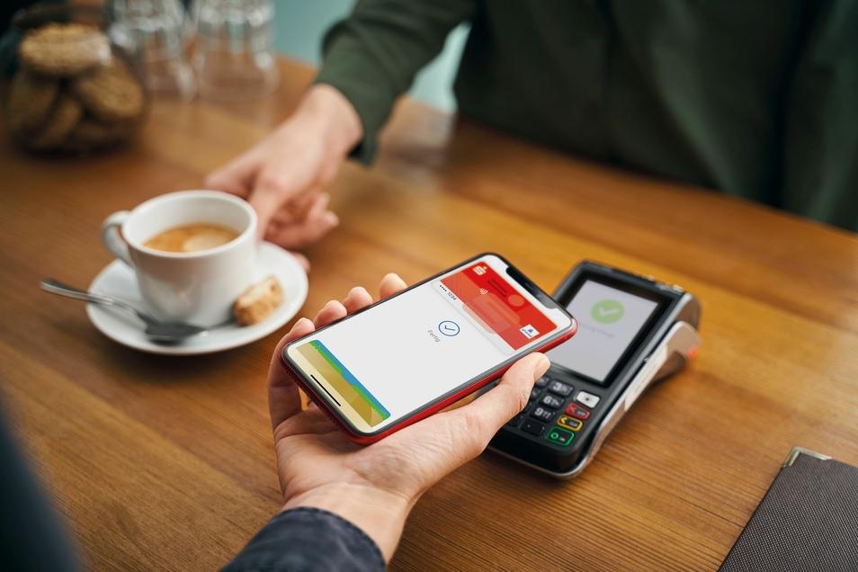 Kontaktloses Bezahlen im Café: Mit Apple Pay ist das möglich.