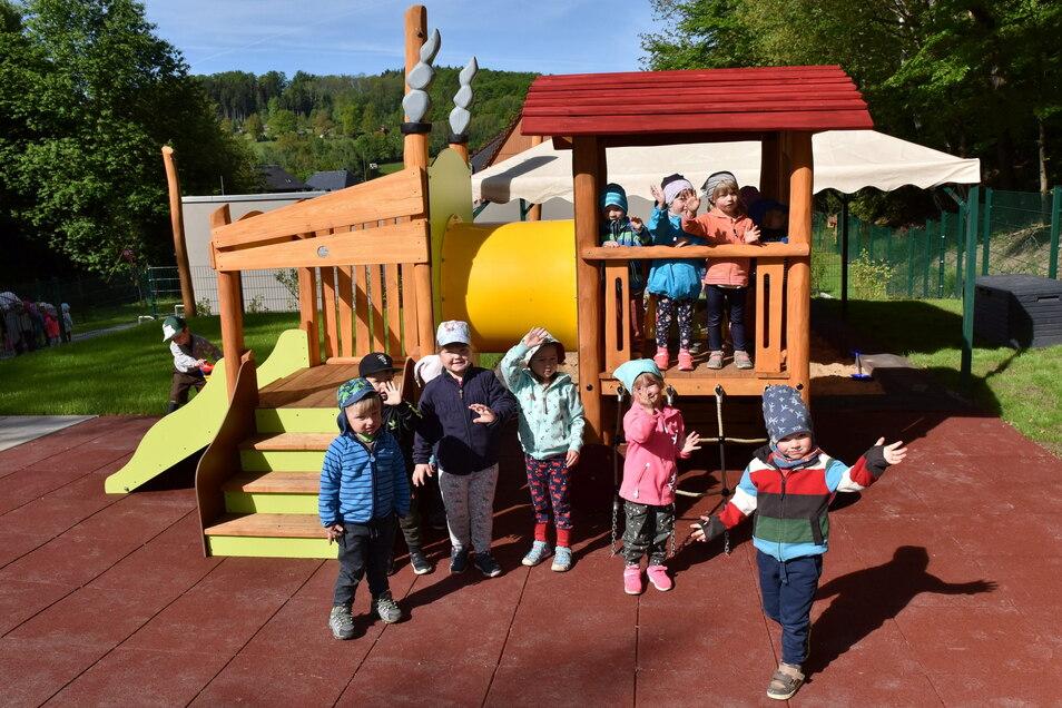 Zum Kindertag haben die Krippenkinder in Schmiedeberg ihren neuen Spielplatz offiziell übergeben bekommen.