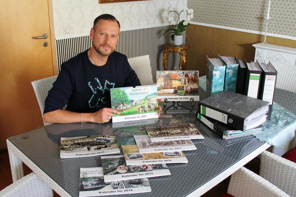 Marco Schröder mit seinen inzwischen acht Kalendern. Was als einmalige Freude begann, schreibt nun Markersbacher Geschichte.