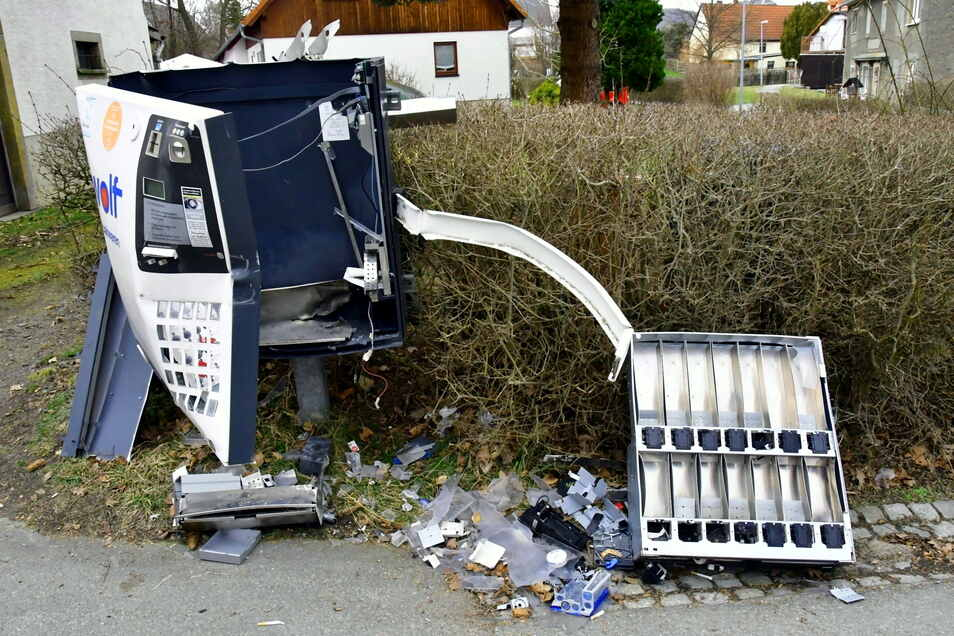 Regelrecht zerfetzt hat es am Sonntag den Zigarettenautomaten in Herwigsdorf.