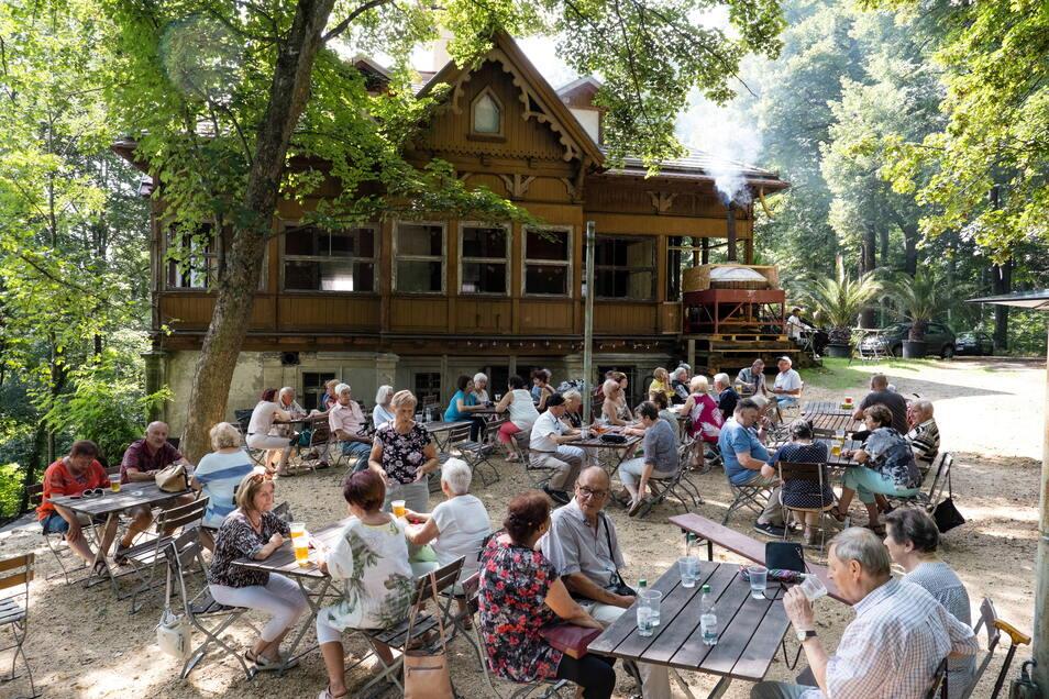 Viel los zur Eröffnung: Der neue Biergarten am Görlitzer Weinberghaus startete am Freitag.