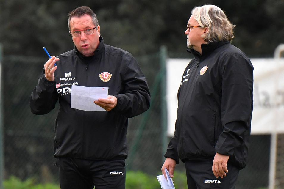 Der Chef und sein Co: Dynamo-Trainer Markus Kauczinski diskutiert im spanischen Trainingslager mit seinem Assistenten Heiko Scholz über die Eindrücke der schwarz-gelben Profis.