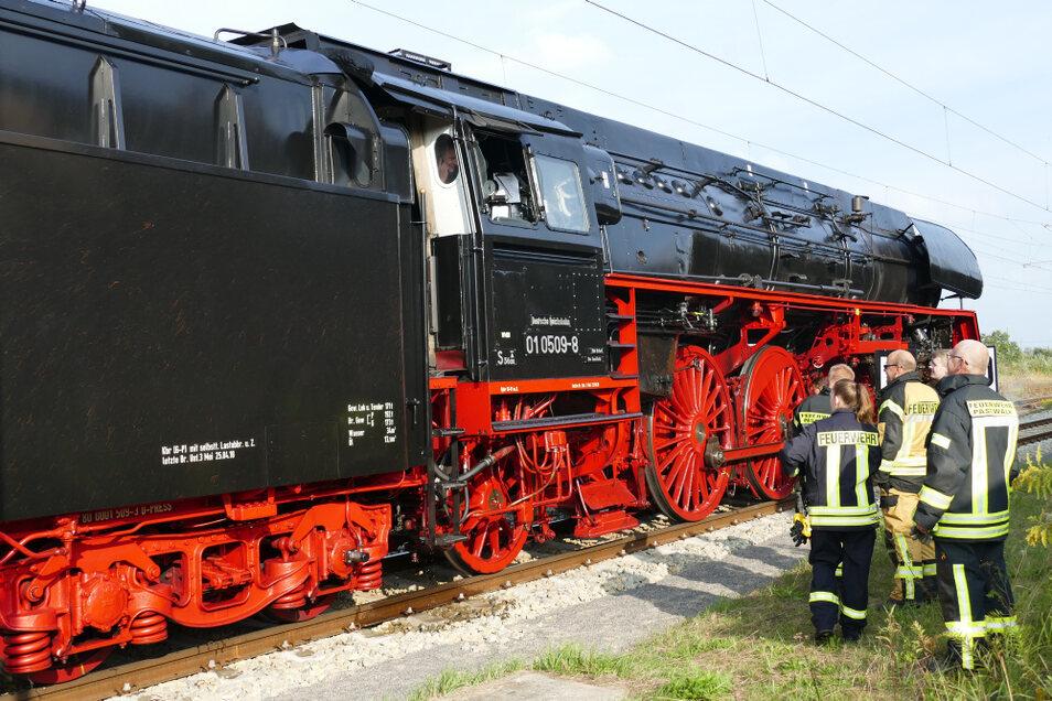 """Auch wenn die 01-509-8 zwei Tender hat: der Wasservorrat ist auf langer Strecke doch mal erschöpft. Richtung Rügen wurde beim Betriebshalt in Pasewalk """"getankt""""."""