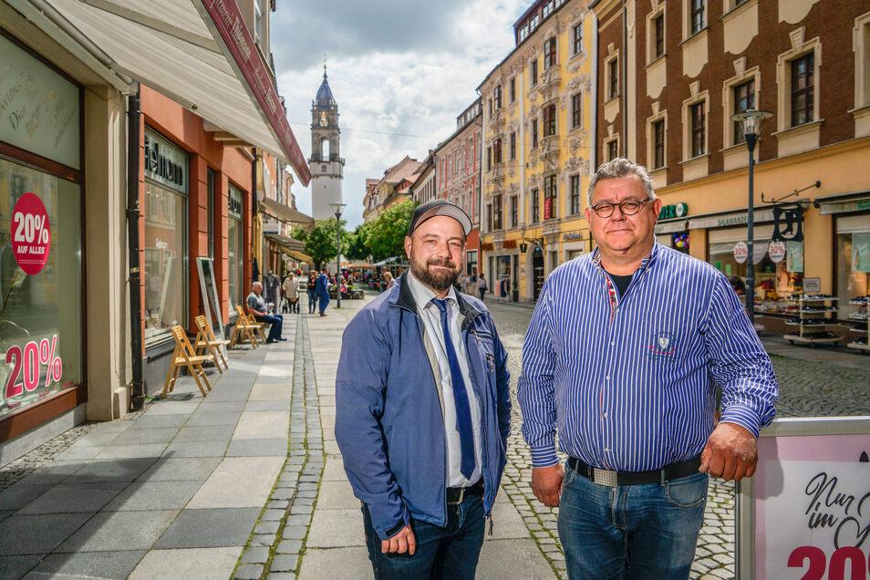 Aufatmen bei Bernd Bimmrich (l.), dem neuen Vorsitzenden des Bautzener Innenstadtvereins, und Bodo Thiemann von der gleichnamigen Parfümerie: Die geplanten Bauarbeiten in der Reichenstraße finden nun doch nicht mitten im Sommer statt.