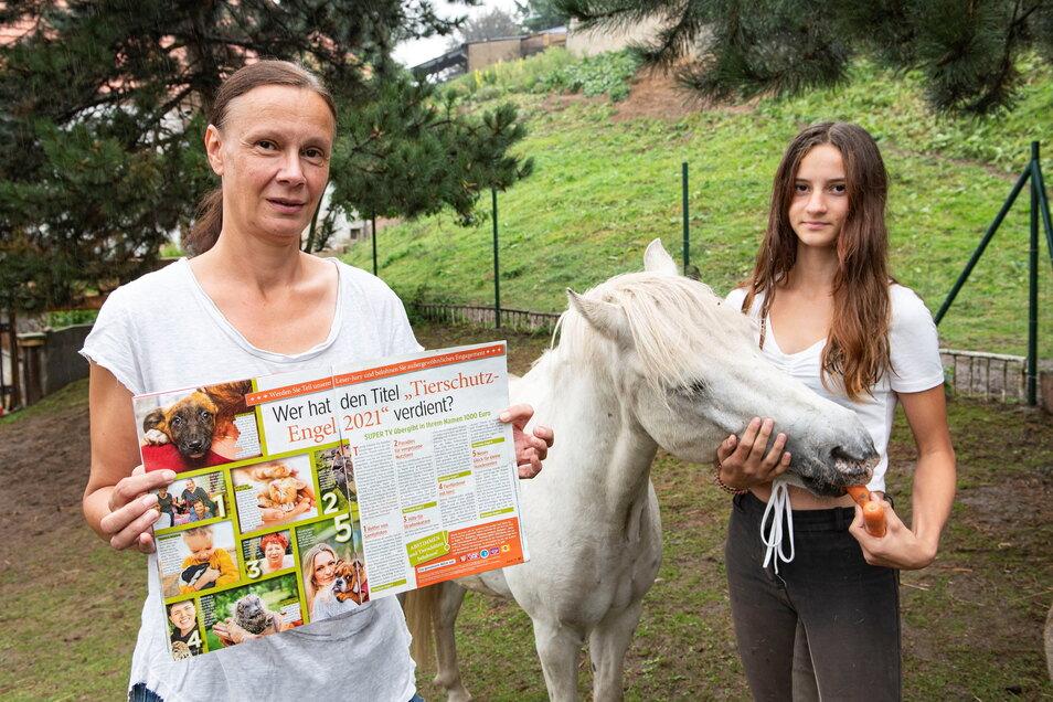 Das Engagement liegt in der Familie: Simone Staatz mit ihrer 13-jährigen Tochter Elena, die sich um Neuzugang Piegus kümmert. Beide hoffen sehr auf Unterstützung für die bundesweite Auszeichnung.