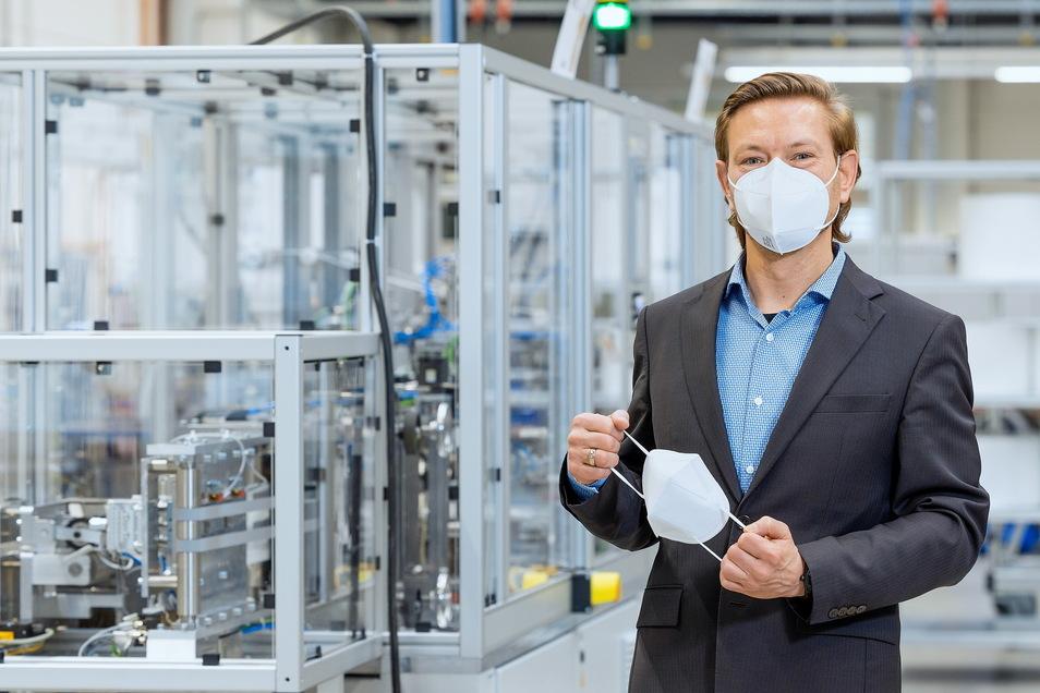 Xenon-Chef Tobias Reißmann vor der Pilotanlage, auf der die FFP2-Maske von Norafin hergestellt wird.