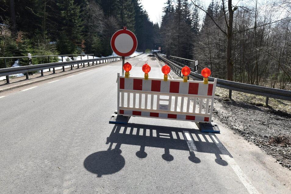 Die Rehefelder Straße ist gesperrt. Für Einwohner mit einer Genehmigung ginge es ab hier ginge auf dem Forstweg Milchflussweg weiter.