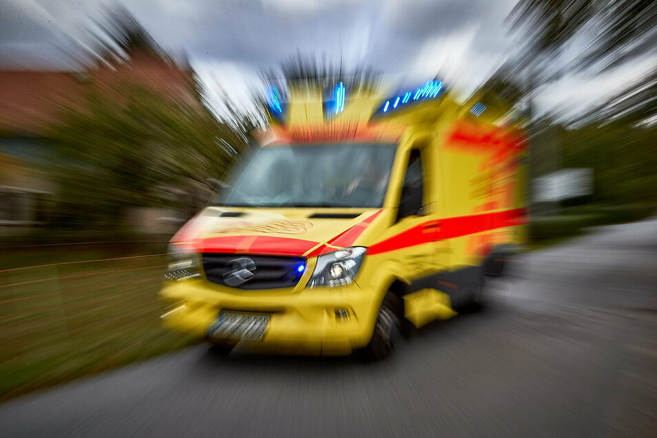 Mit schweren Verletzungen musste ein Mann ins Krankenhaus gebracht werden, nachdem er in Kamenz von seinem eigenen Transporter angefahren worden war.