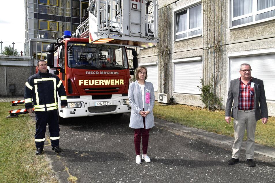 Die Leiterin des Radeberger Alten- und Pflegeheims Radeberg, Carolin Proske, bei einer Aktion im Mai 2020. Mittels einer Drehleiter wurde ein Angehöriger zum Fenster eines betagten Bewohners gehoben.