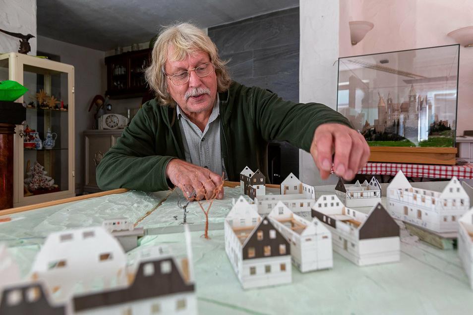 Mit viel Liebe zum Detail: Der 67-jährige Karl-Heinz Kießlich baut ein Modell des Dörfchens Steinbrückmühle im Maßstab 1:160.