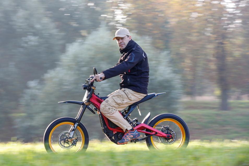 Jens Neumann-Weinbeer auf seinem E-Moped.