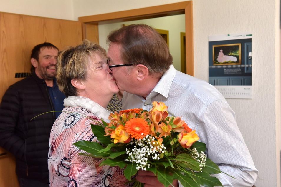 Auch seine Frau Sylvia steht hinter dem ehrenamtlichen Engagement von Andreas Liebscher. Nach dem Wahlsieg gratuliert sie ihm mit einem Kuss.