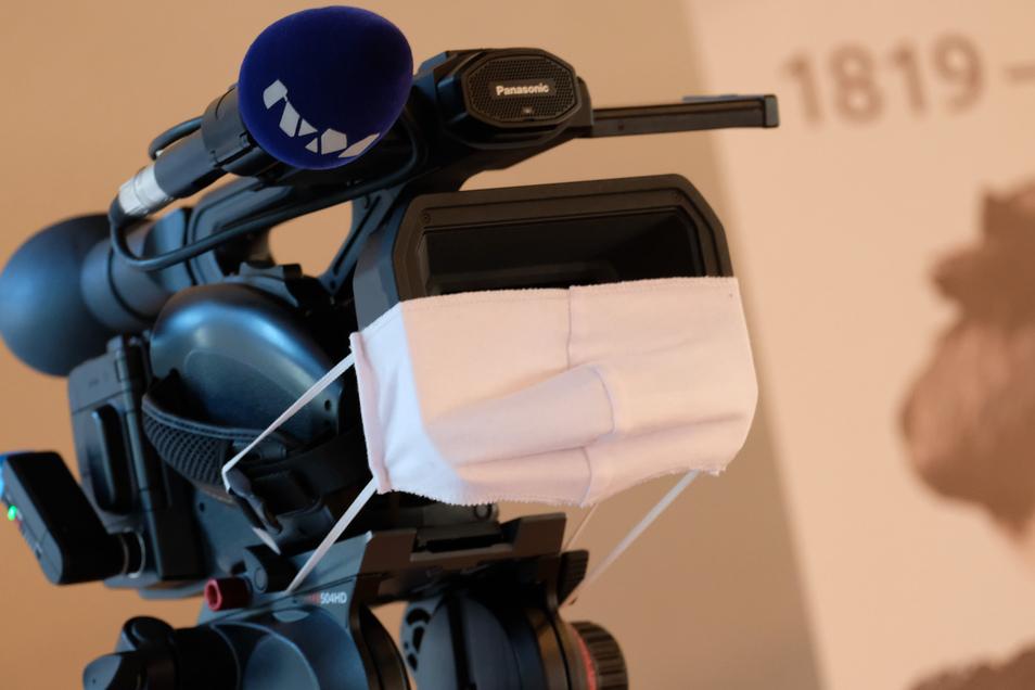 Spaß am Rande: Selbst die Kamera von Meißen-TV trägt am Mittwochabend Mundschutz.
