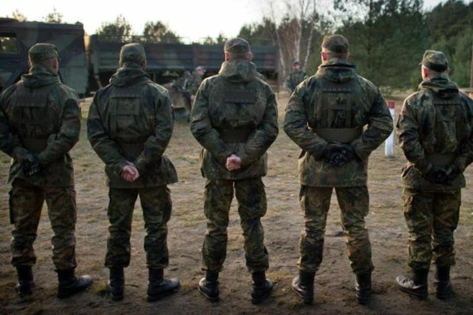 Reservisten der Regionalen Sicherungs- und Unterstützungskompanie Sachsen (RSU) trainieren im Rahmen der Wachausbildung auf dem Truppenübungsplatz Oberlausitz.