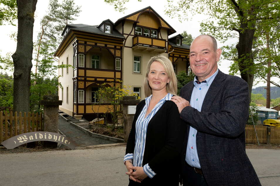 """Wollen die """"Waldidylle"""" in Gohrisch wieder zu einer touristischen Perle machen: Bauunternehmer Ralf Böhmer mit seiner Tochter Jana, die die Pension künftig betreibt."""