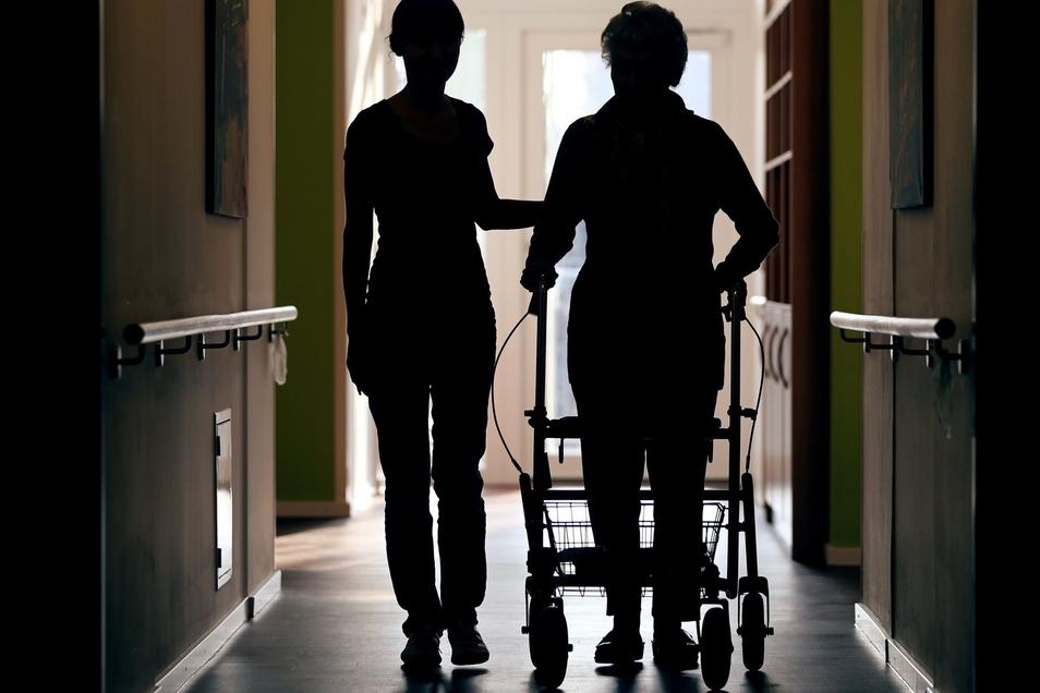 Die Verbesserungen in der Altenpflege gehen erst auf Kosten der Angehörigen und dann auf die Sozialkassen.
