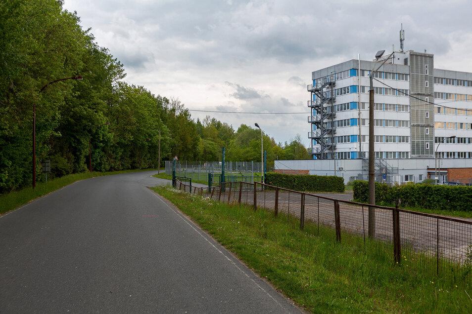 Hier auf der Strecke zwischen Bahnhof und Gewerbegebiet in Klingenberg wird ein neuer Fußweg entlang der Straße gebaut. Davon haben zwei Gruppen einen Nutzen.