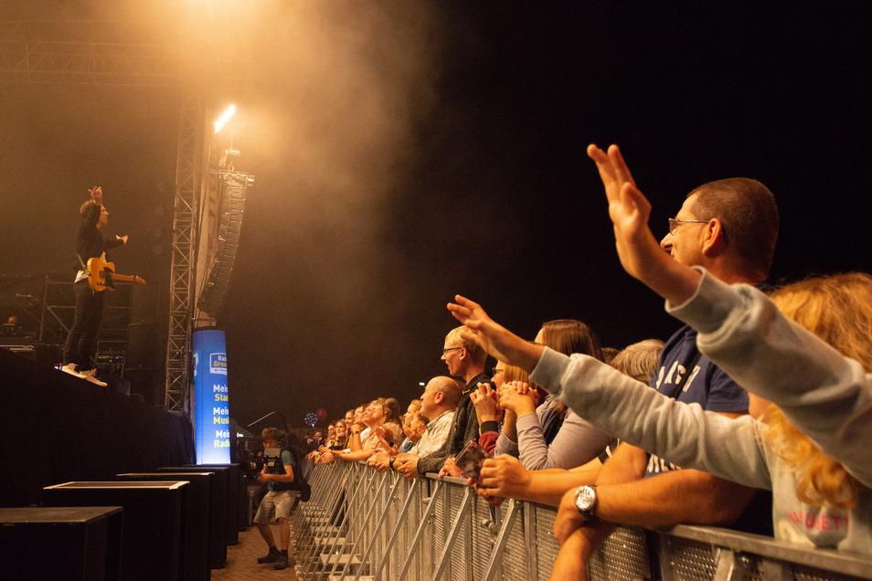Die Dresdner feiern am Samstagabend Joris in großer Zahl.