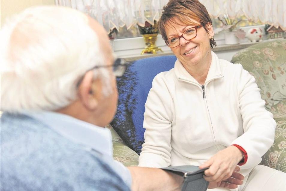 Schwester Simone auf Hausbesuch: Bei dem 80-jährigen Patienten Werner Fischer in Pirna-Sonnenstein misst sie erst den Blutdruck, dann sieht sie sich die Blutzuckerwerte des Diabetikers an. Geschickt wird Simone Apitz von der behandelnden Hausärztin. Diese
