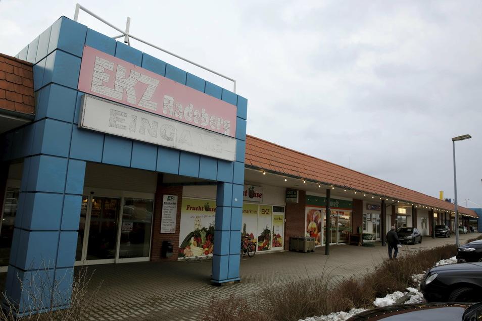 Über dem Eingang ins alte EKZ in Radeberg war der Schriftzug kaum noch zu erkennen. Ende Januar 2020 zogen auch die letzten Geschäfte aus. Dann wurde das Haus komplett umgestaltet.