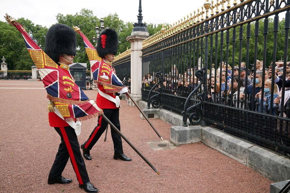 London: Soldaten der Grenadier Guards der Nijmegen Company bei der von vielen Touristen beobachteten Wachablösung auf dem Vorplatz des Buckingham Palace.
