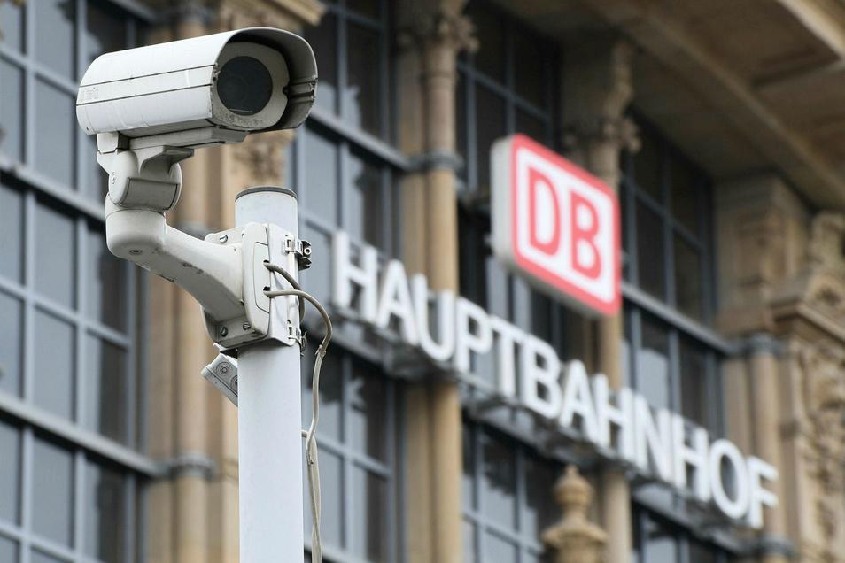 Seehofer erneuerte seine Forderung nach mehr Videoüberwachung an Bahnhöfen.