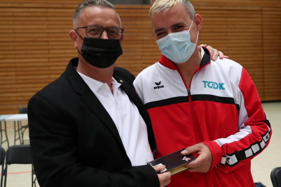 Marcus Schlenkrich (r.) und Jan Geppert, Kampfrichter und Chef des Kamenzer Vereines Tomogara, nach der Siegerehrung in Berlin.