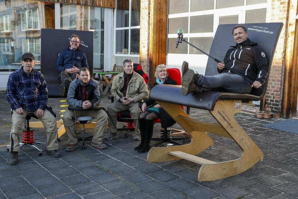 MDR-Moderator Silvio Zschage durfte auf dem größten Stuhl Platz nehmen. Um ihn herum sitzen die Mitarbeiter von Geschäftsführer Hubert Hipp (im Hintergrund).