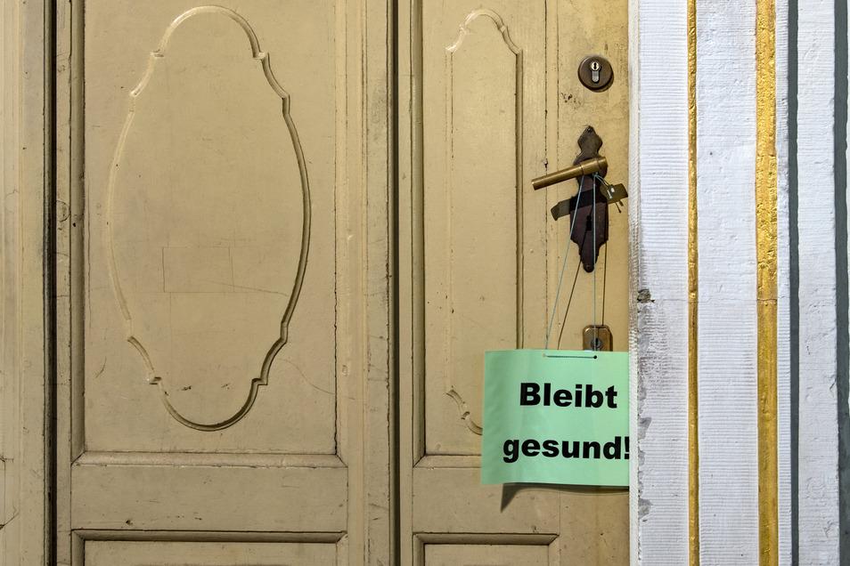 """""""Bleibt gesund!"""" steht auf einem Zettel am Eingang zum historischen Coffe Baum in Leipzig. Viele kleine Firmen müssen sich derzeit etwas einfallen lassen."""