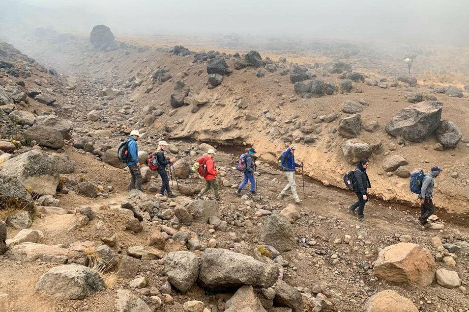 Rauchwolken eines Feuers auf dem Kilimandscharo ziehen in rund 4.000 Metern Höhe über eine Gruppe von Bergsteigern aus Deutschland, der Schweiz und Österreich.