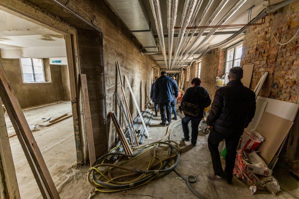Ebenso wie auf den Außenanlagen ist auch im Untergeschoss der Schule noch reichlich zu tun. Fotos: Gernot Menzel