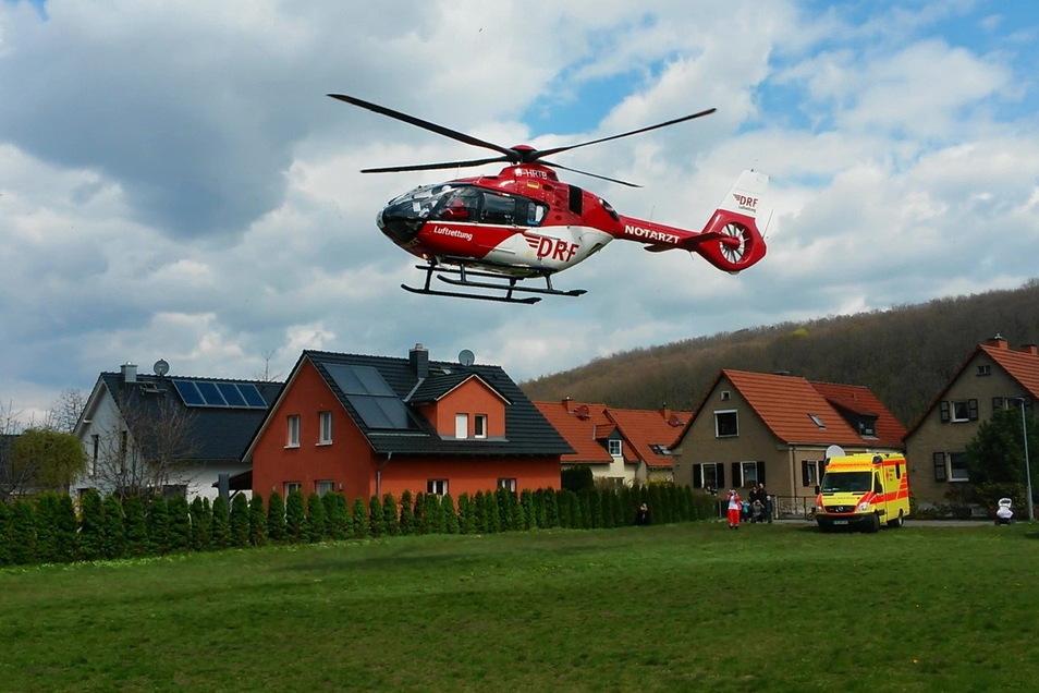 Christoph 38 im Einsatz in Pirnas Südvorstadt. Das Pirnaer Klinikum wird regulär nicht mehr angeflogen. Seit zehn Jahren ist der Dachlandeplatz gesperrt.
