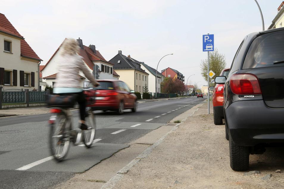 Eine Radfahrerin an der Langen Straße in Riesa. Wie die Stadt fahrradfreundlicher werden kann, ist Gegenstand des Radverkehrskonzepts.