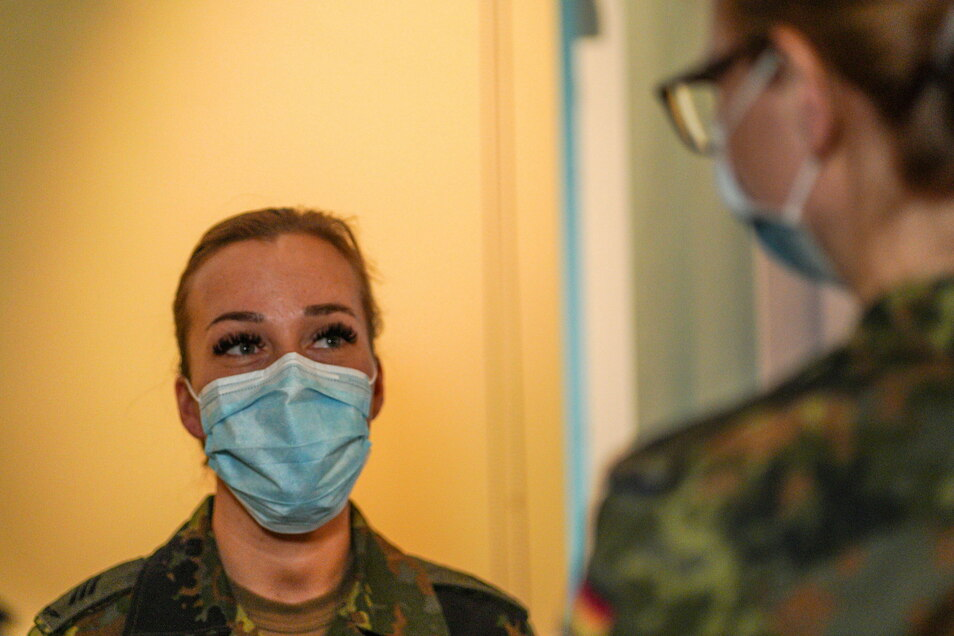 Hauptgefreite Angelique Amarell aus Berlin wird seit dem 6. Januar als Pflegehelferin auf der Corona-Station in Bischofswerda eingesetzt. Dort musste sie das erste Mal Menschen beim Sterben begleiten.