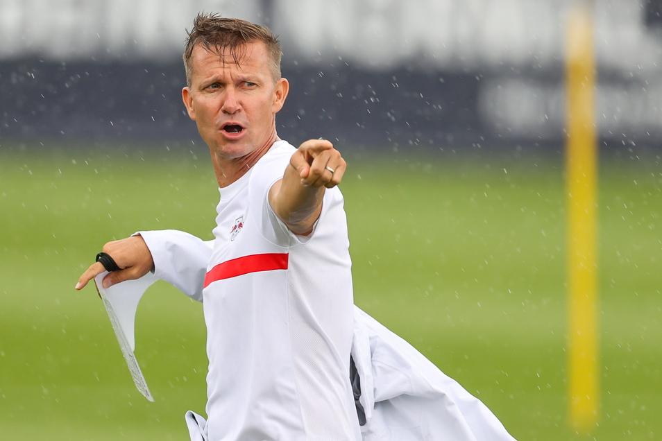 Mit Zettel in der Hand kämpft Jesse Marsch auf dem Trainingsplatz gegen Regen und Wind. Stürmisch soll es für ihn in Leipzig aber nicht werden.