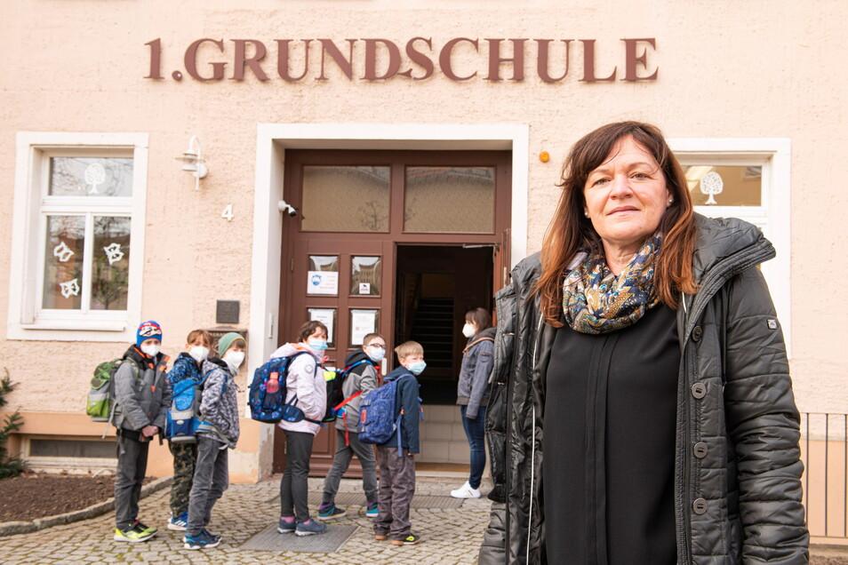 Ihre Präsenzschultage sind gezählt: Die Kinder der ersten Grundschule Großenhain schütteten bereits am Donnerstag ihrer Schulleiterin Sylvia Ufert ihr Herz aus: Sie sind traurig, dass sie zuhause lernen sollen.