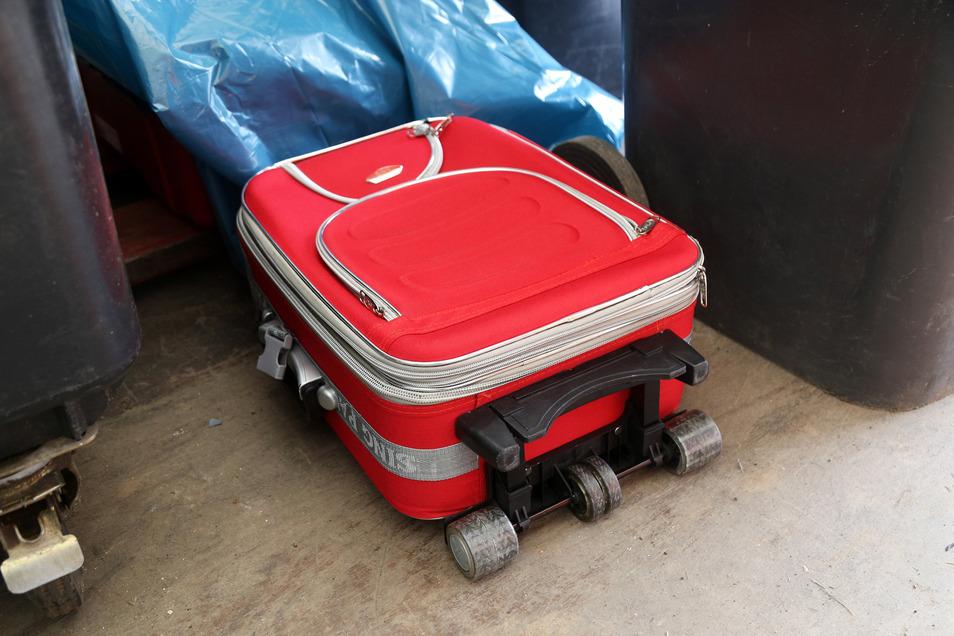Dieser Koffer ist zum Teil zwar aus Textil, aber anziehen kann man ihn nicht.