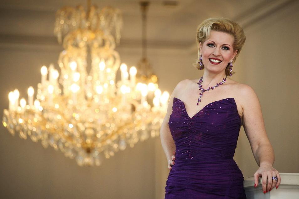 Opernsängerin Ingeborg Schöpf in einer Robe, die viel schöner, aber nicht coronasicher ist.