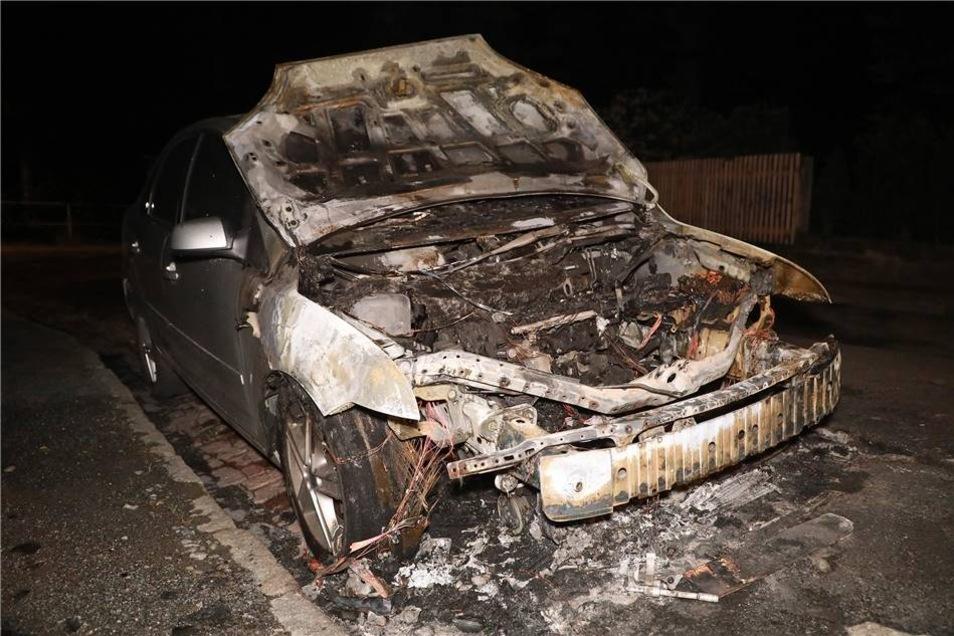 Als die Feuerwehr eintraf, brannte der Motorraum. Dennoch gelang es den Rettern, das Feuer schnell unter Kontrolle zu bringen.