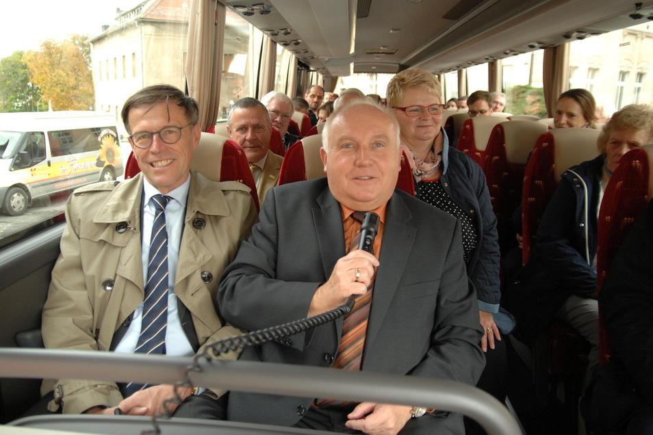 Um einen flotten Spruch war er nie verlegen - auch hier nicht, wo er Landtagspräsident Matthias Rößler (links) und viele weitere Gäste durch Löbau per Bus führt.