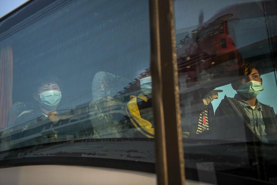 Unbegleitete Kinder aus überfüllten griechischen Flüchtlingslagern werden nach Deutschland gebracht. Die Zahl der Asylsuchenden in Deutschland ist 2019 erneut gesunken.