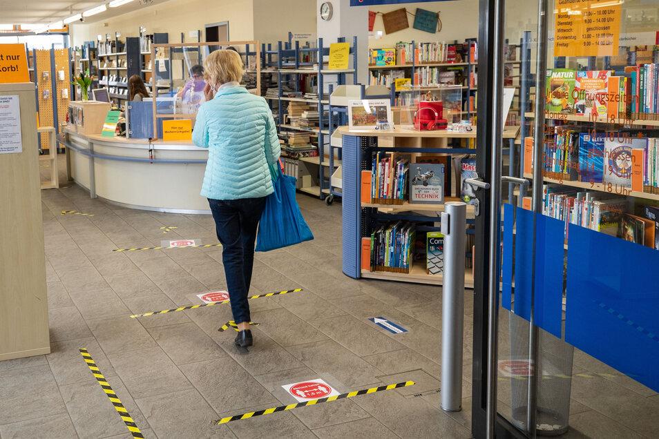 Einem Parcour mit Hinweisen auf dem Fußboden ähnelt jetzt der Gang in und durch die Heidenauer Bibliothek.